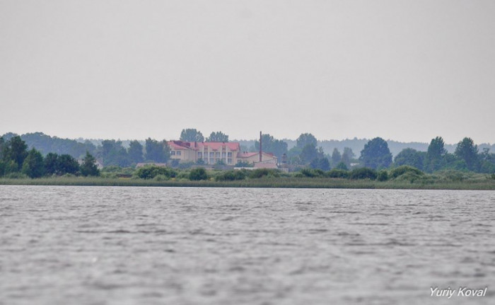 Нову любохинівську школу видно навіть через два озера