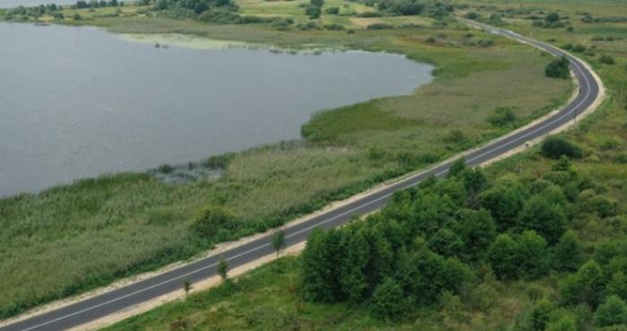 Дорога біля озера Люцимер