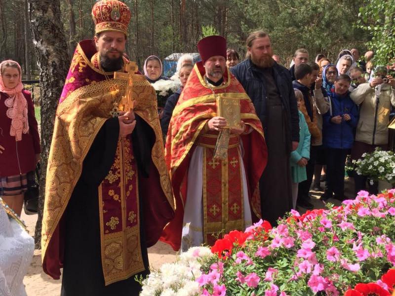 Біля могили митрополита Ніфонта