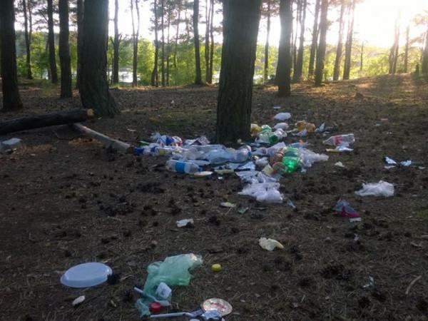 На озері Глухи ратнівські школярі залишили купу сміття