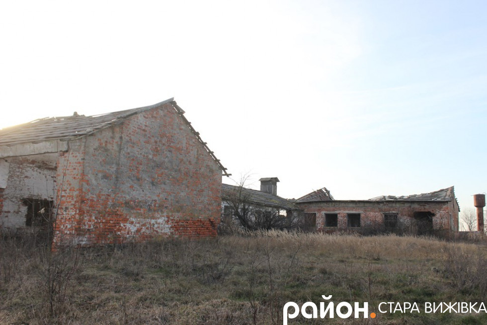 Закинуті колгоспні ферми у селі Чевель