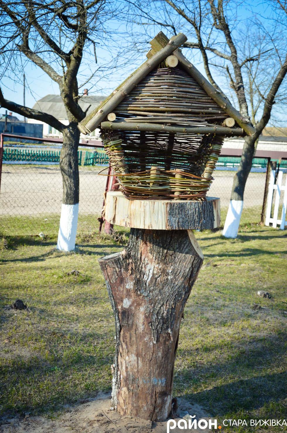 Хатина з лози для пташок