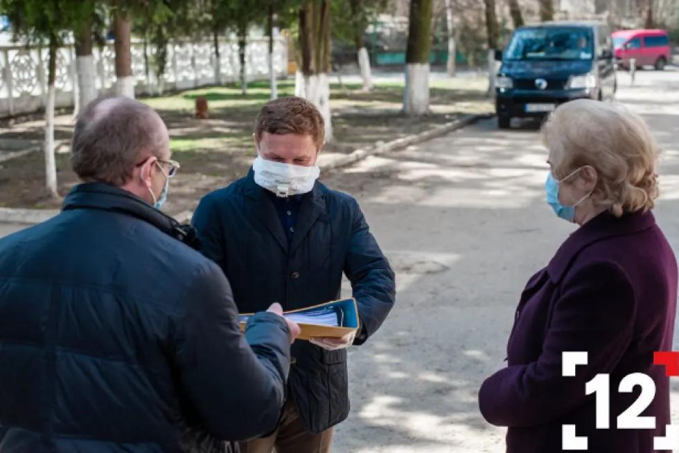 Степан Івахів передає документи на потужний гематологічний аналізатор