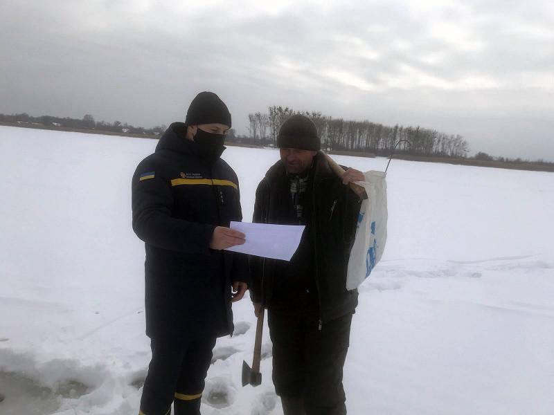 Рятувальники спілкуються з рибалкою