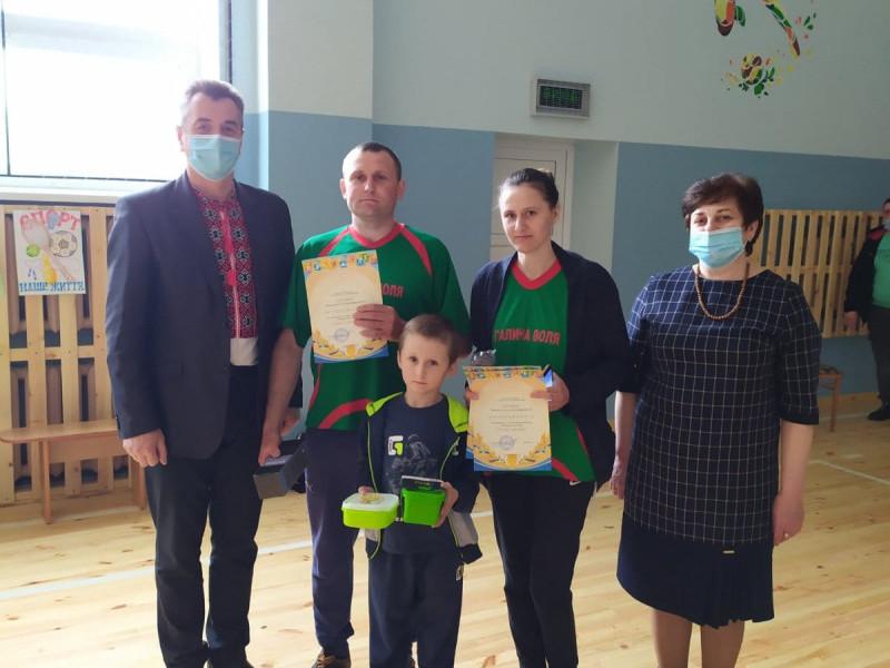 Василь Камінський та Валентина Яриніч із сім'єю Климуків, яка перемогла в змаганнях