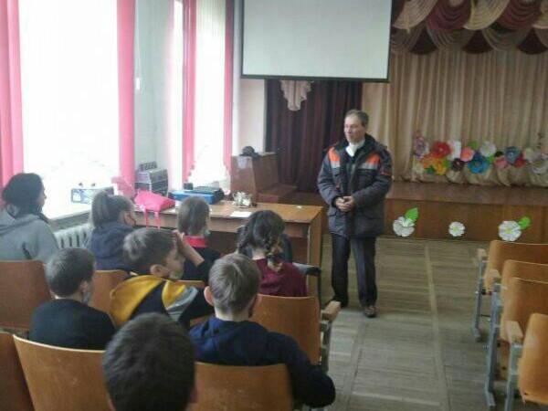 Володимир Мороз спілкується з дубечненськими школярами