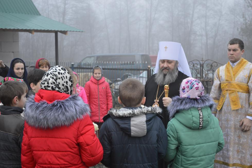 Діти вітають митрополита