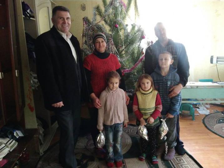 Петро Муравчук та задоволені дітлахи