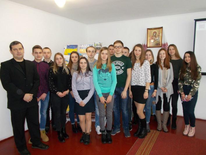 Учні 10-Б класу з учителем історії