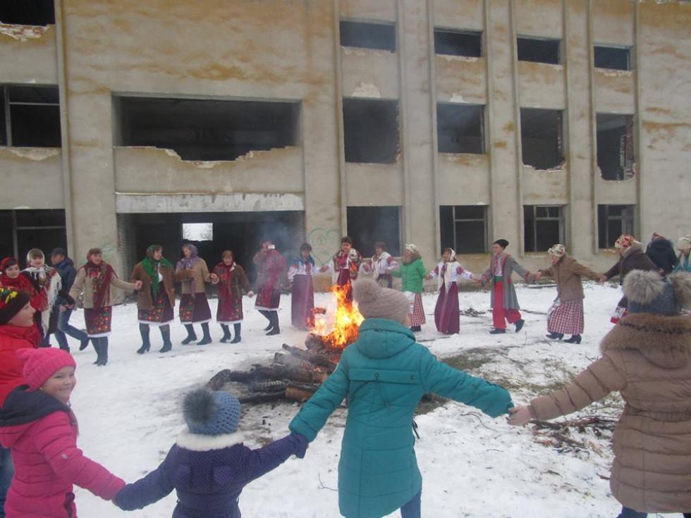 Традиційні танці навколо вогню