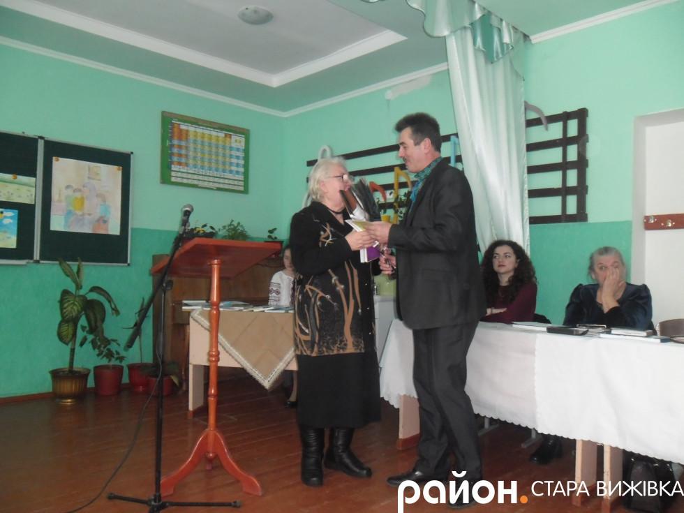 Директор школи вручає квіти Олені Чабан