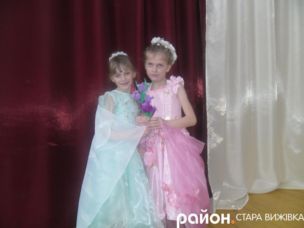 Дівчата тримають подаровані квіти