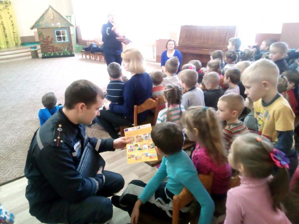 Дошкільнята уважно слухають рятувальника