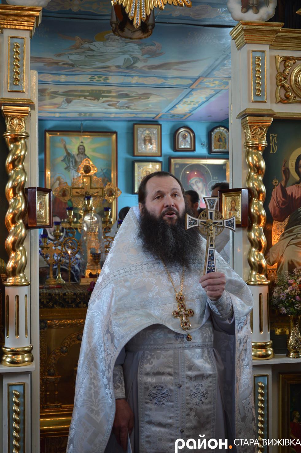 Отець Аліпій виголошує проповідь