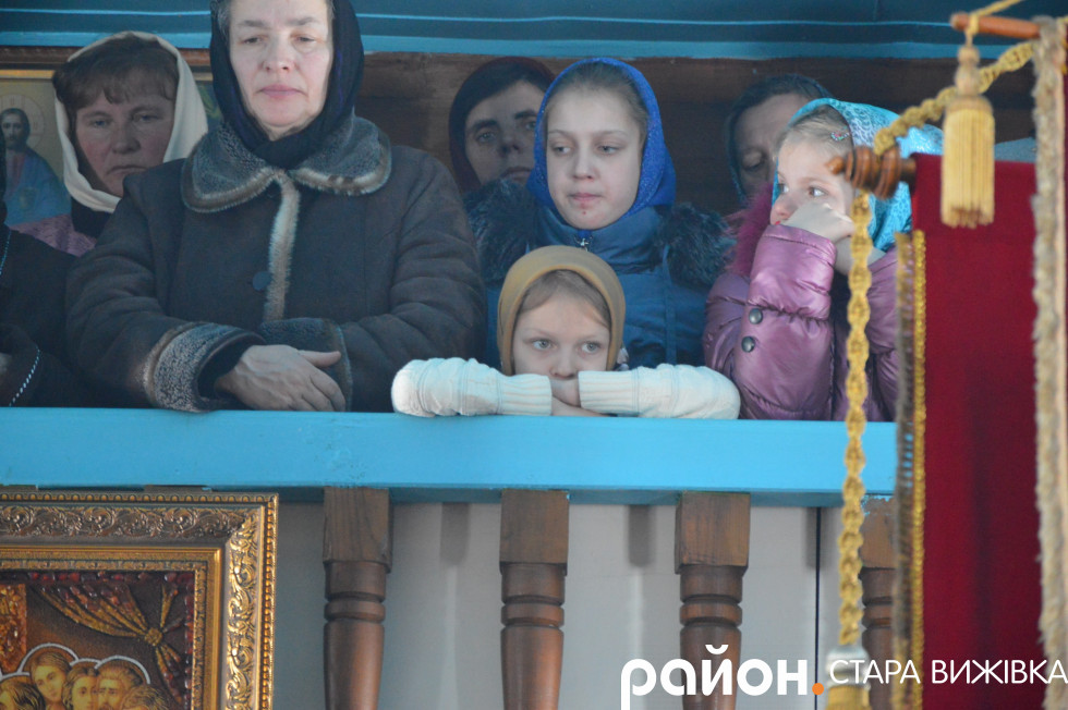Віряни, які моляться за митрополита