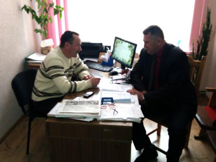 Петро Муравчук спілкується з сільським головою