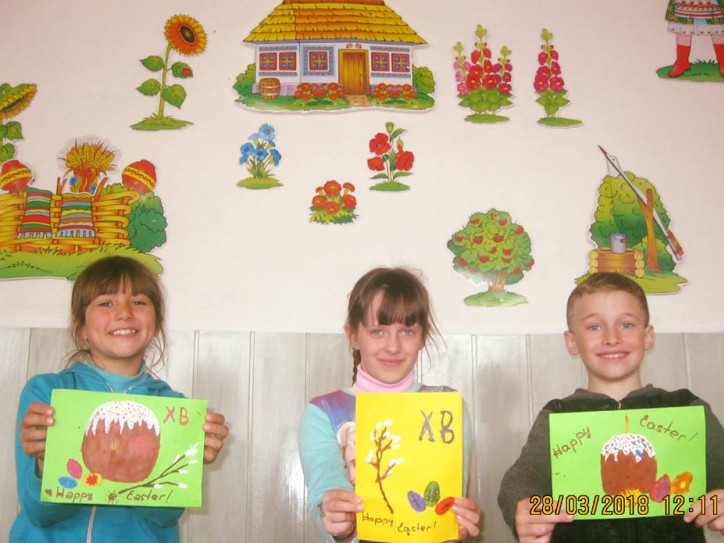 Учні зі своїми листівками