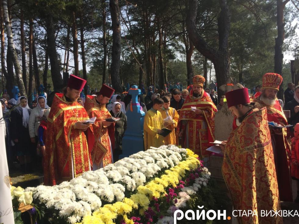 Молитва біля могили митрополита Ніфонта