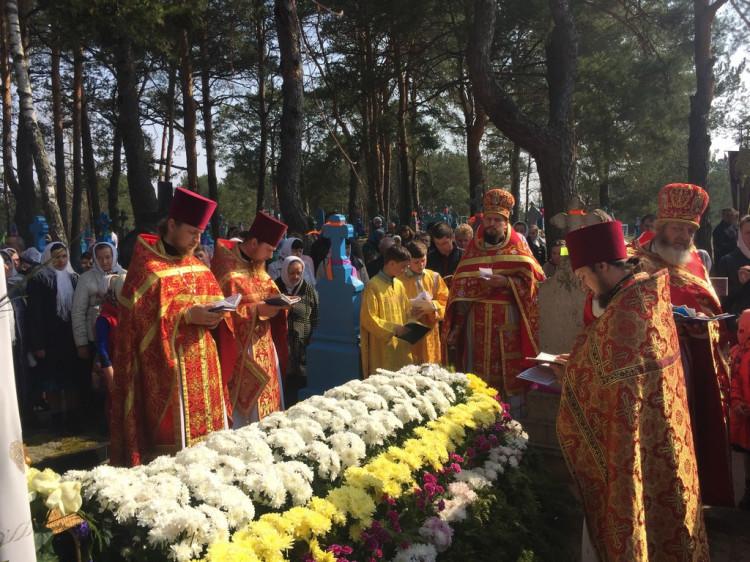 Служба біля могили Ніфонта