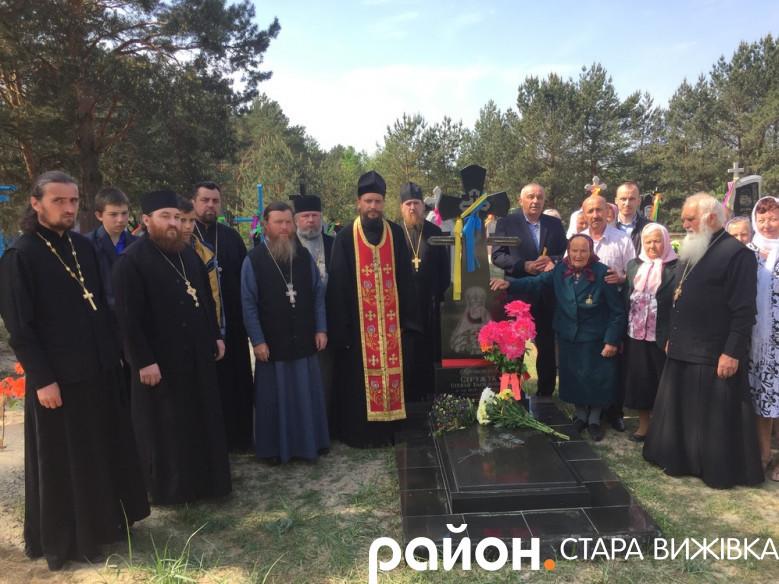 Священики та віряни, які зібралися помолитися на могилі батюшки