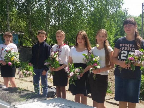 Школярі з квітами