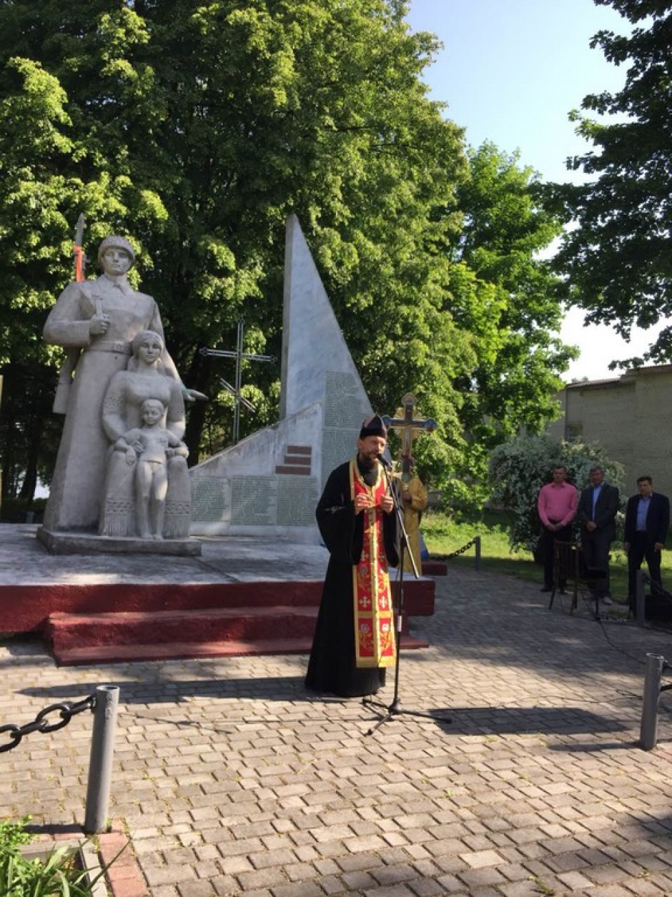 Священик виголошує промову