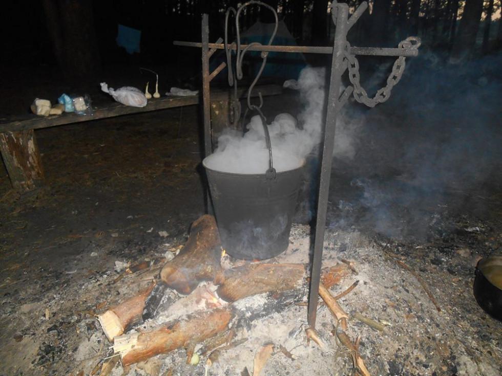 На кострі готується вечеря