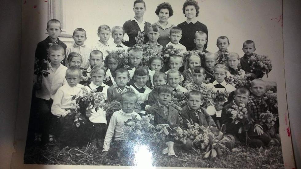 Першокласники 1962 року зі своєю вчителькою