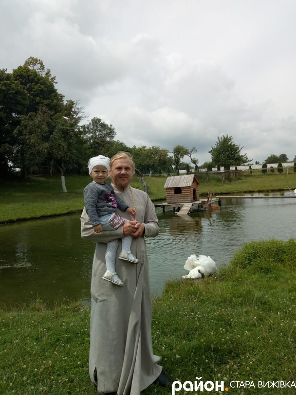 Отець Павлю Бабюк з дочкою