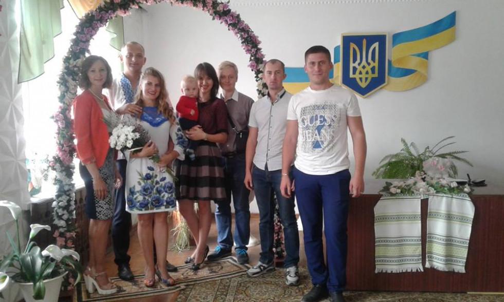 Родичі вітають з одруженням