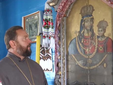 Священник Анатолій Оверчук біля ікони