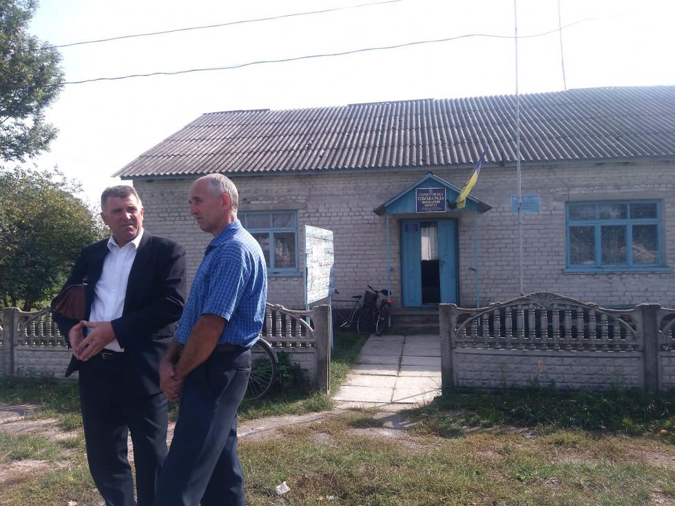 Директор РЦСССДМ Петра Муравчук та голова Старогутівської сільської ради Василь Вавринюк