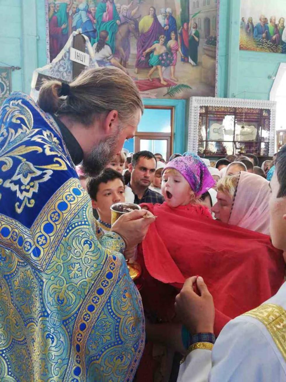 Священик Віктор Панчук причащає дітей