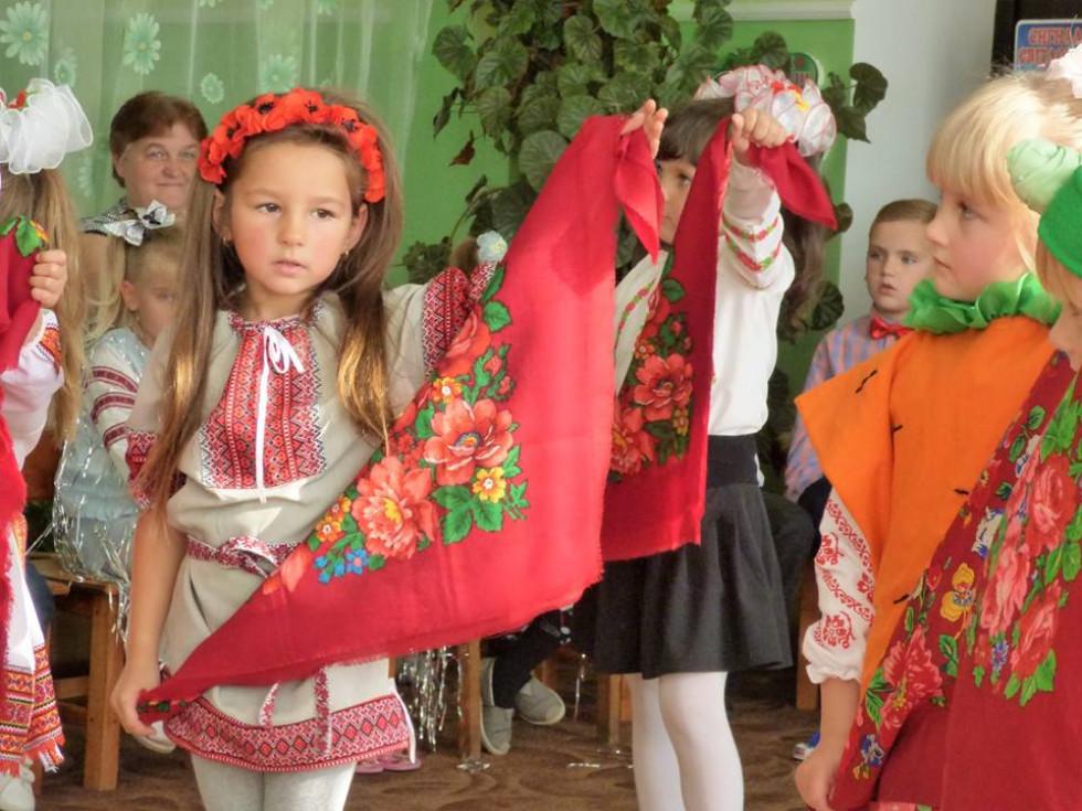 Дівчата виконують танець