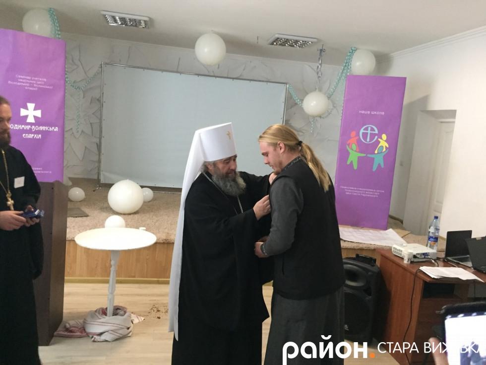 Владика нарогороджує отця Петра Бабюка