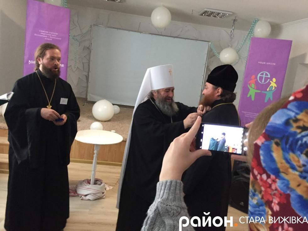 Владика нарогороджує отця Юрія Гринька