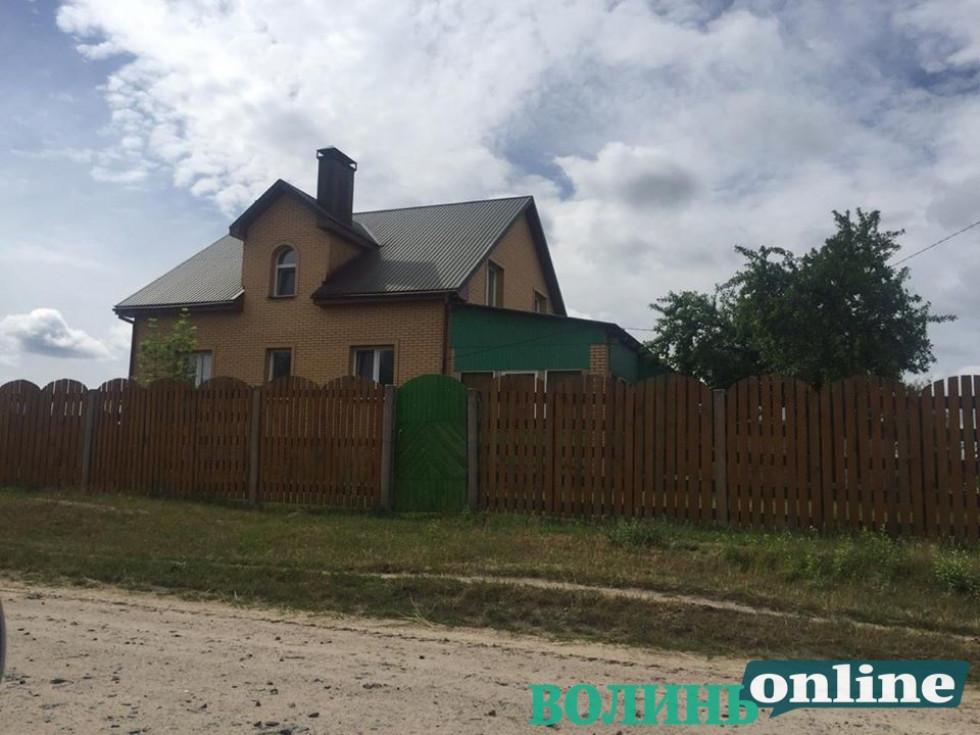 Будинок єпископа Нафанаїла  у селі Залюття станом у процесі будівництва