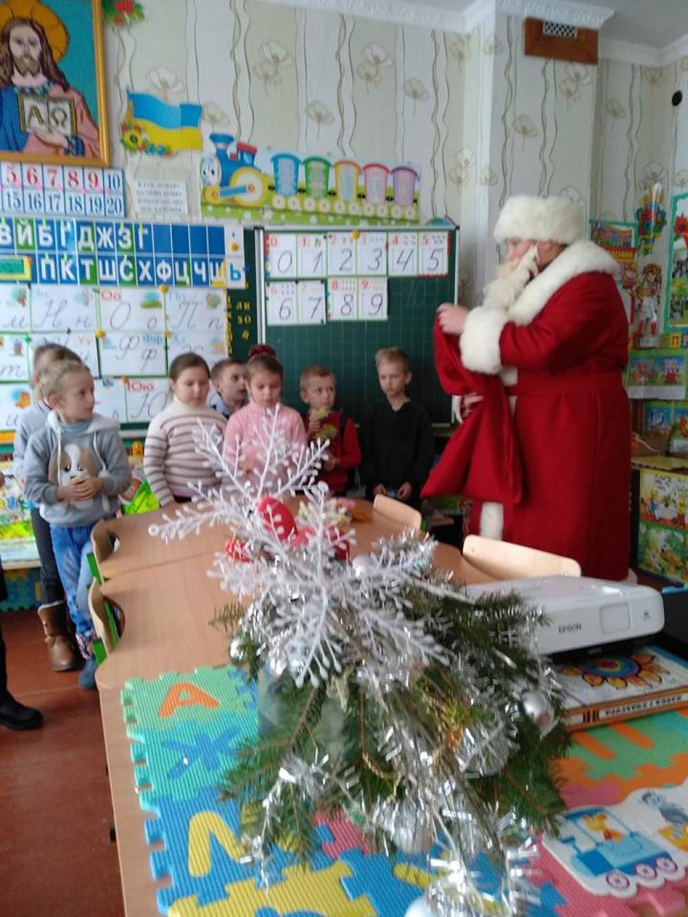 Миколай вручає ляльки мотанки у Дубечному