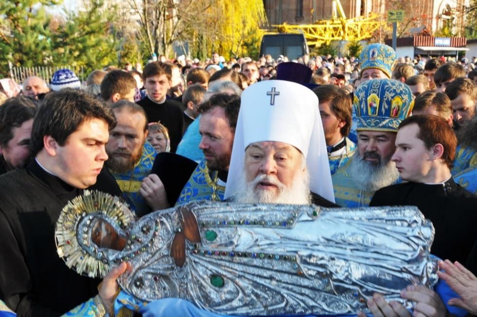 З чудотворною іконою Плащаниці Пресвятої Богородиці (листопад 2011)