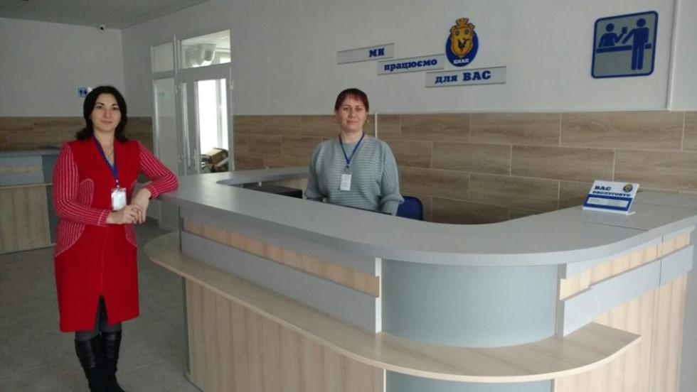 Марія Шустваль із працівницею центру