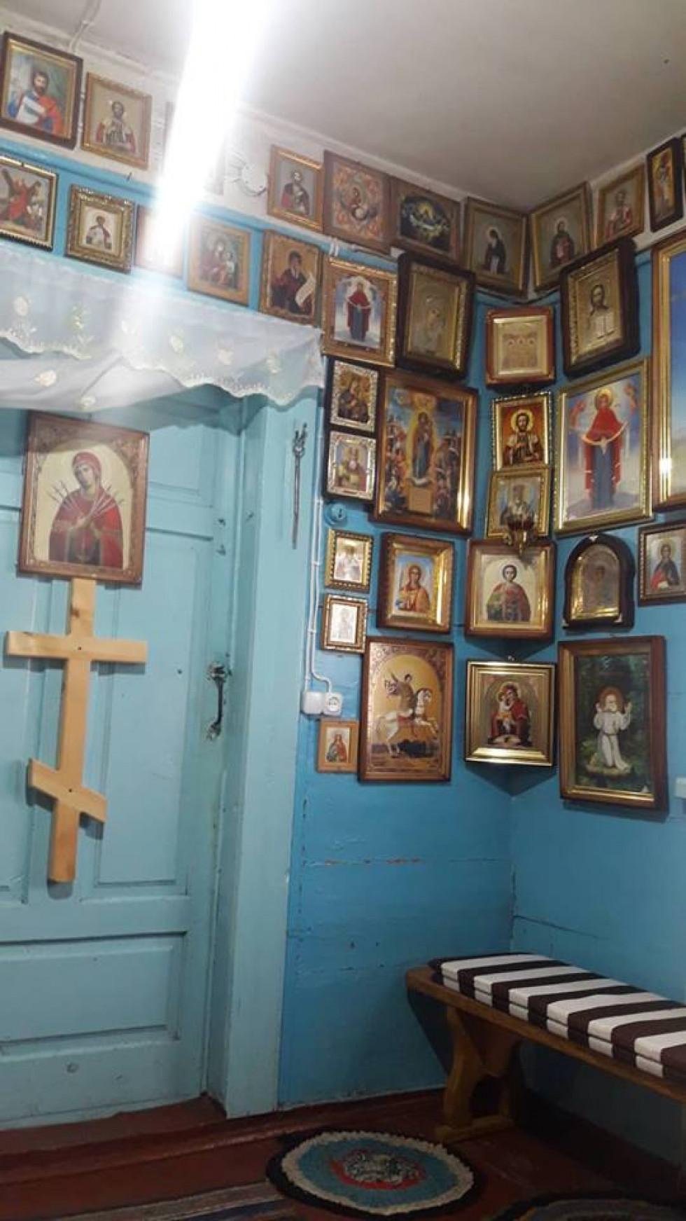 Ікони у будинку, де живе монах