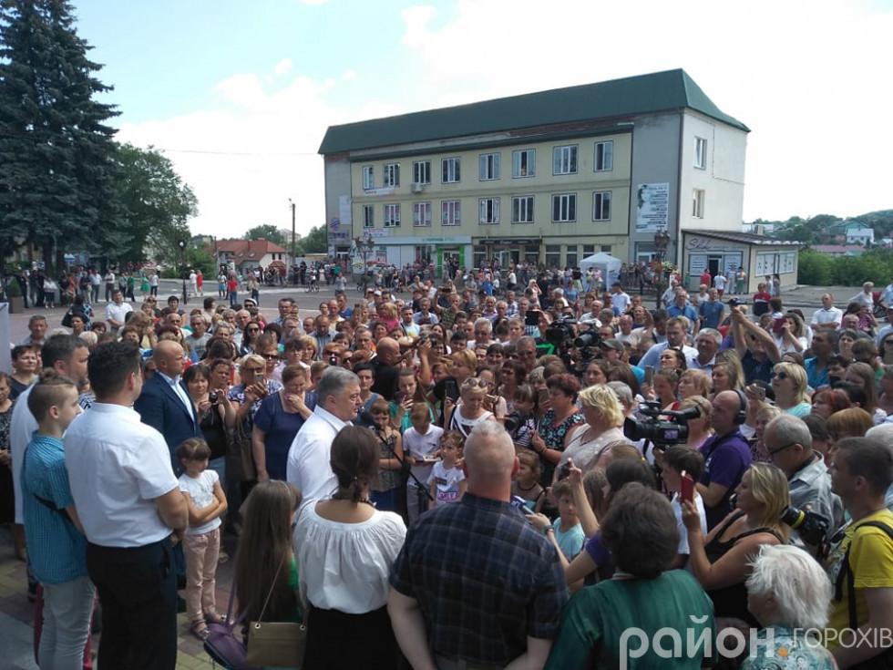 Петра Порошенка одразу щільно оточили прихильники
