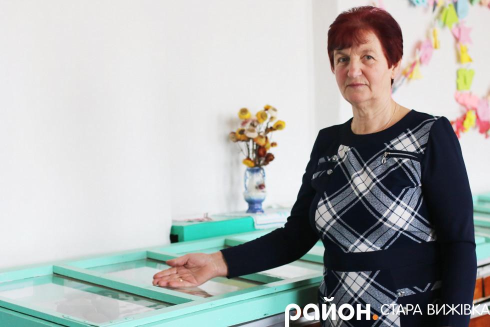 Ольга Лугвіщик демонструє музейні експонати в кабінеті історії