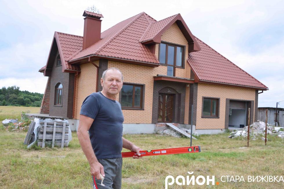 Степан Яриніч біля хати сина